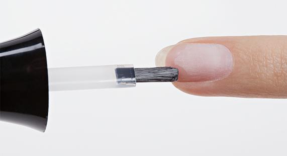 Applicazione dello smalto per unghie Evoluto Advanced Technlogy 3D Estrosa